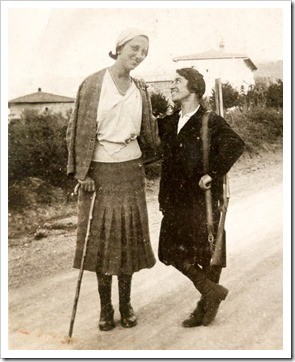 A very rare photo of winemaker and Renaissance woman Paolina Fabbri (on the right). Yes, she's carrying a shotgun.